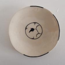 Schwarz bemalte Keramik